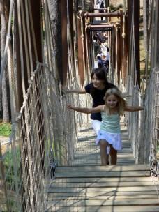 Клатушкането по моста е доста забавно!