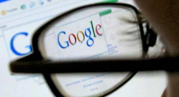 Pessoa de óculos fazendo busca no Google