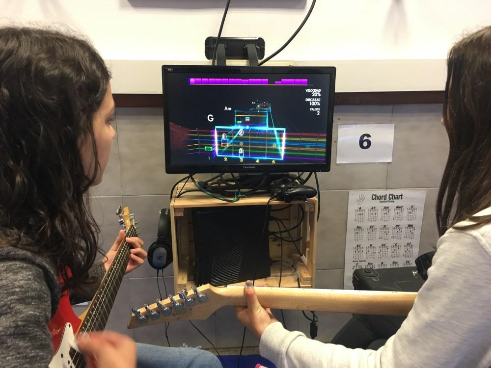 Dues noies aprenent a tocar la guitarra gràcies al projecte Rockalins