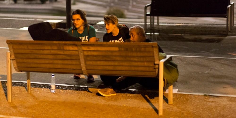 Tres voluntaris conversen amb una persona sense llar durant el cens del 2018.