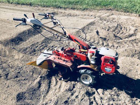 畑を耕す耕運機