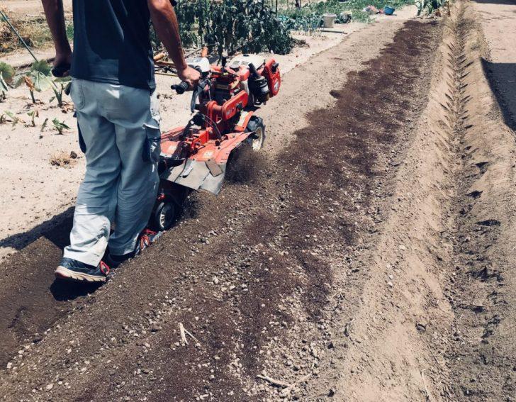 耕運機を掛けて堆肥の上に土をかぶせる