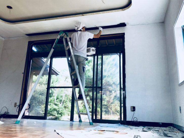 天井の角をハケで塗装