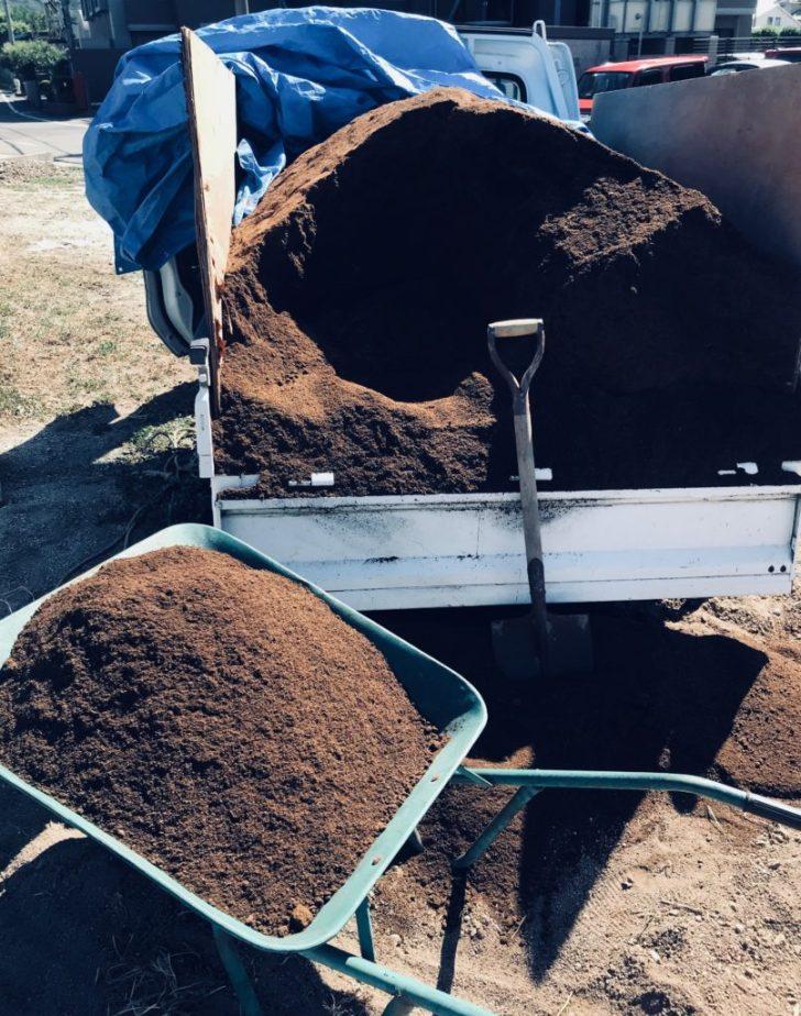 トラックから堆肥を移動させる