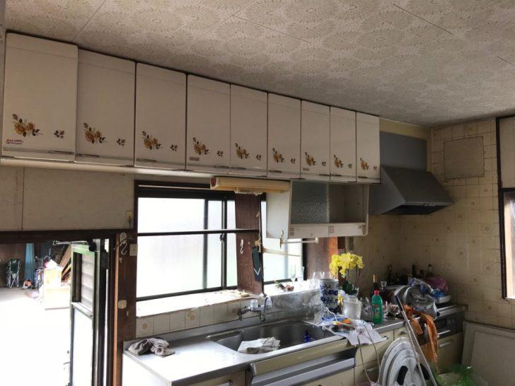 システムキッチン上の備え付け棚