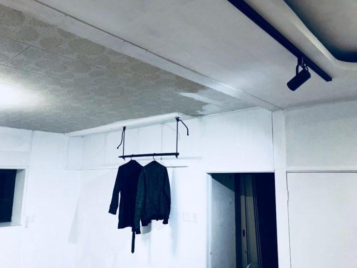 ダクトレールの照明に照らされる吊り下げハンガーラック