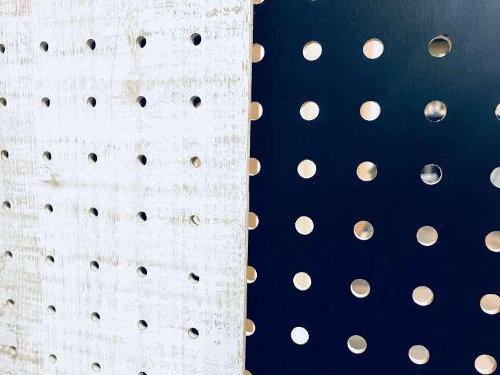 「直径5mmで穴の間隔が25mm」と「直径が8mmで穴の間隔が30mm」の有孔ボードの比較