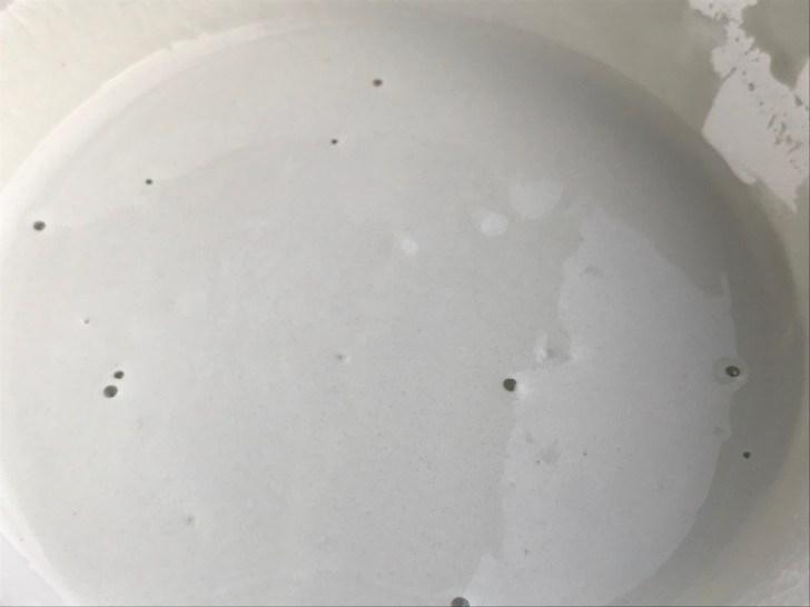 水を入れた白のインスタントセメント