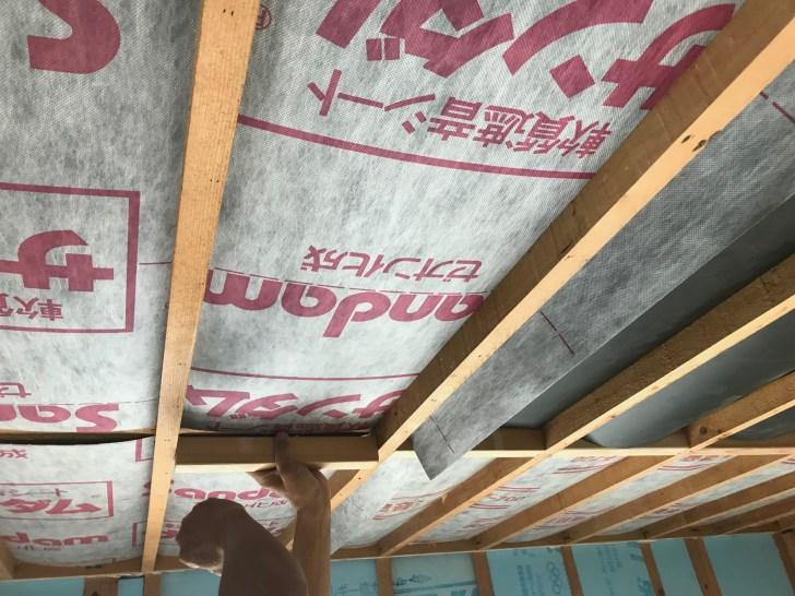 45mmの角材をカットして天井に取り付ける