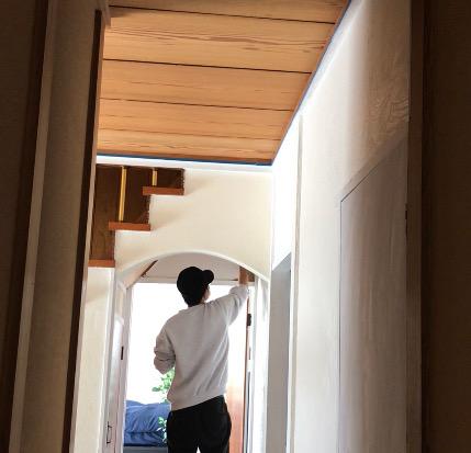階段下の砂壁に漆喰を塗る