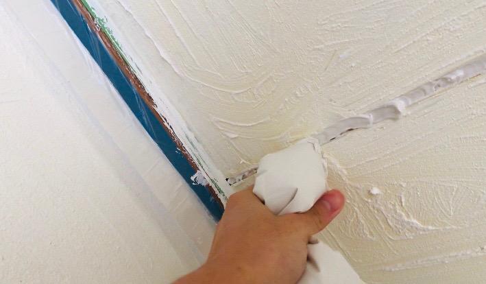 天井の隙間にパテを入れる