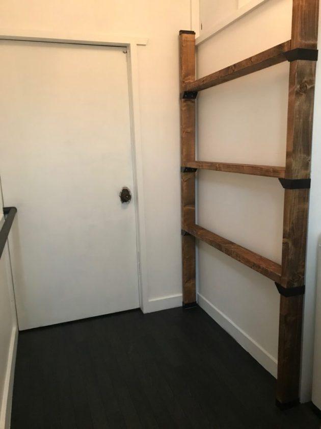 ラブリコジョイントで固定する前の2×4材棚を脱衣所に仮置き