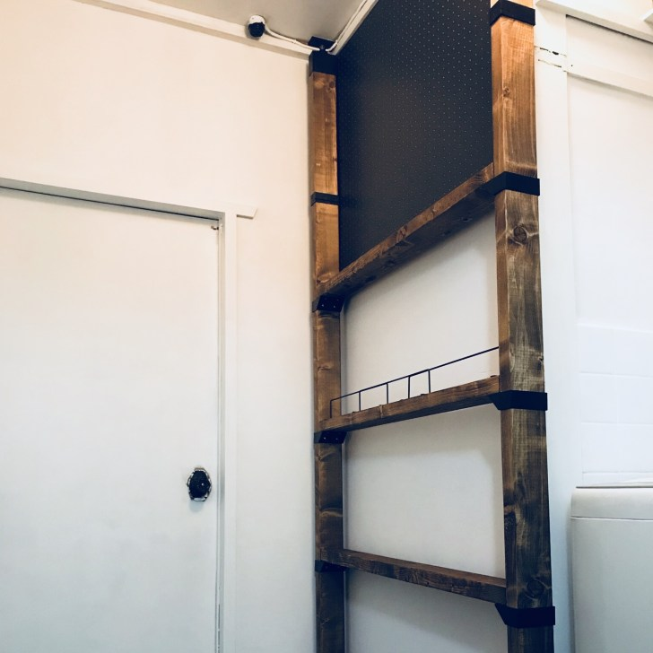 ラブリコアジャスターで壁に固定した2×4材棚