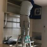 システムキッチンに交換するために古いキッチンを取り外す