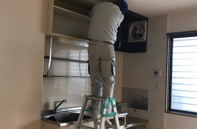 キッチン上に取り付けられている棚も取り外す前