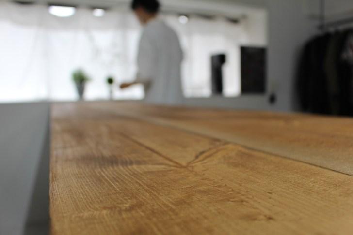 キッチンにおしゃれなカウンターテーブルを設置