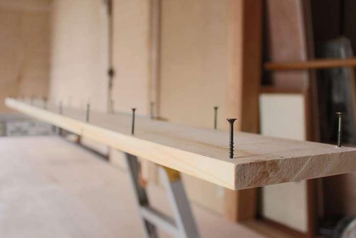 下穴をあけた天井の隙間を塞ぐ板にビスを仮止め