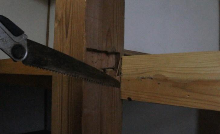 押入れの敷居裏にある板を切断