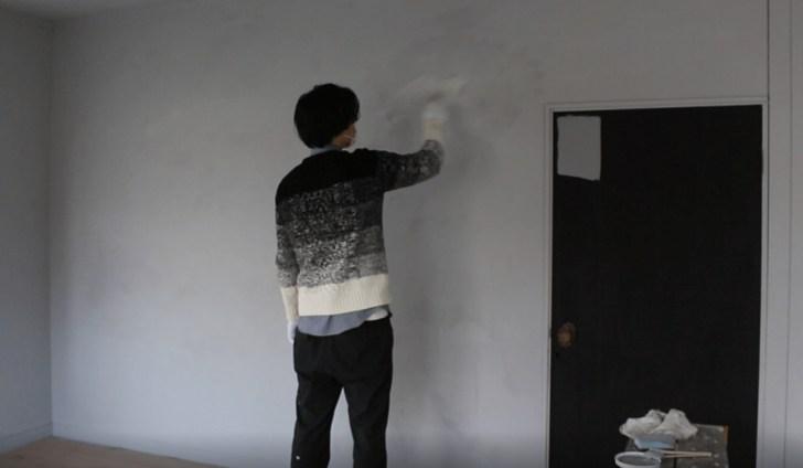 濃いグレーのペンキで重ね塗りしてモルタル風に仕上げる