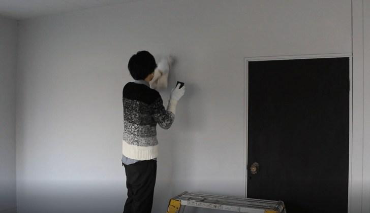 スポンジでグレー塗装した壁に、色違いのグレーでグラデーションを付ける