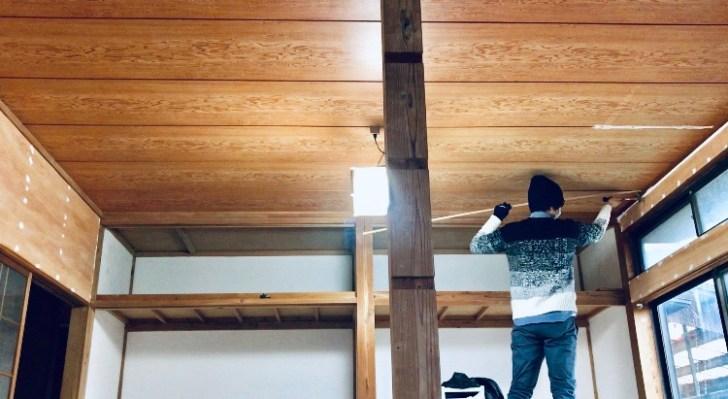 目隠し天井の隙間を塗装前に角材で埋める