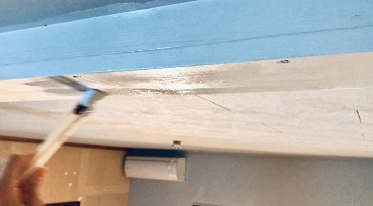 天井の穴を塞いだ1×8材も塗装