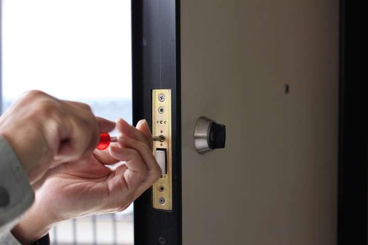 マンションのドア鍵のフロントを取り外す