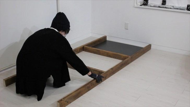 ディアウォールと有孔ボードで作る棚の位置を決める