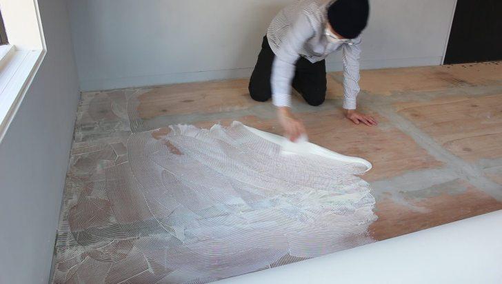 反対側もクッションフロアめくって接着剤を塗り伸ばす