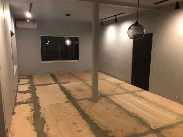 コンパネの隙間にアースタックを塗り終わった部屋