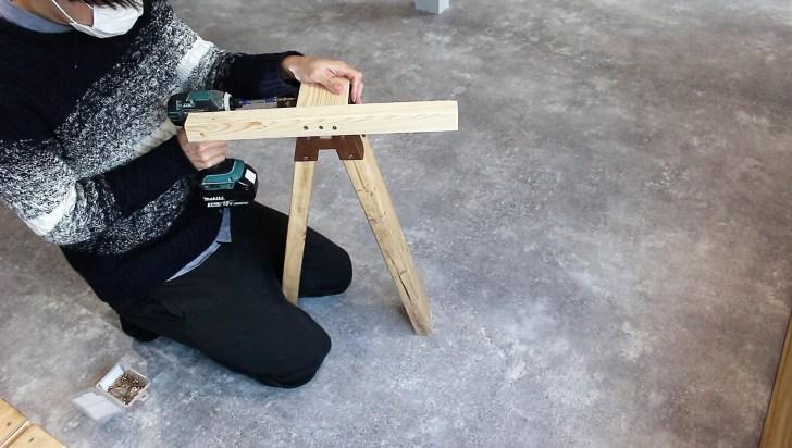 天板を支える固定位置にも2×4材を取り付ける