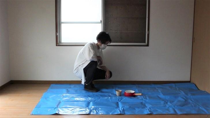 ブルーシートを敷いて屋根から漏れてくる雨水を受け止める