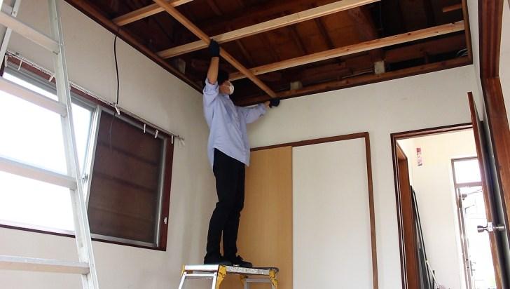 DIYで天井の骨組みになる野縁を天井にはめる