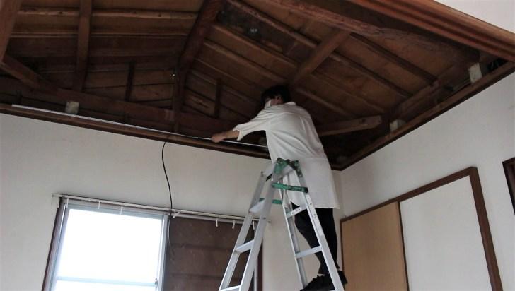 天井のサイズを測って木材を準備する