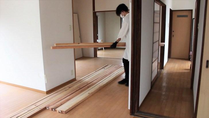 購入した天井骨組み用の木材を家に運ぶ