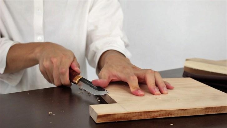 カッティングボード・まな板の角をナイフで削る