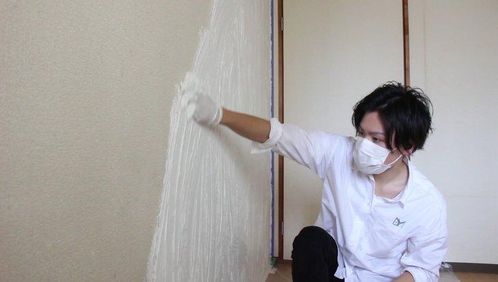 DIYで手で塗るMORUMORU(モルモル)を壁に塗り伸ばす