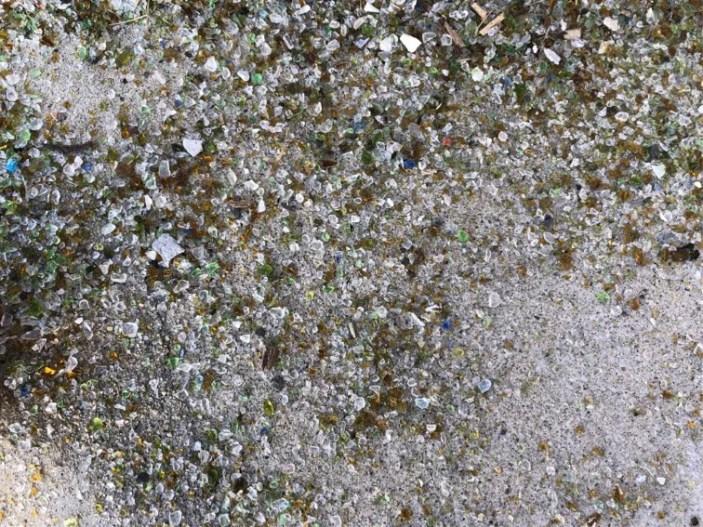 階段に落ちているガラスの砂も綺麗