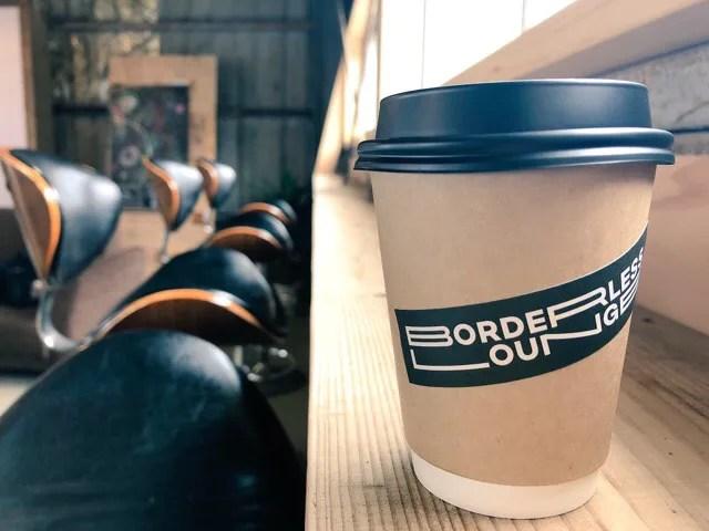 ボーダレスラウンジの2階でコーヒーをいただく