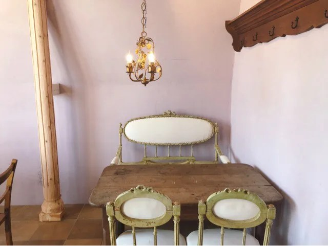 アンボワーズ2階のテーブル席と椅子