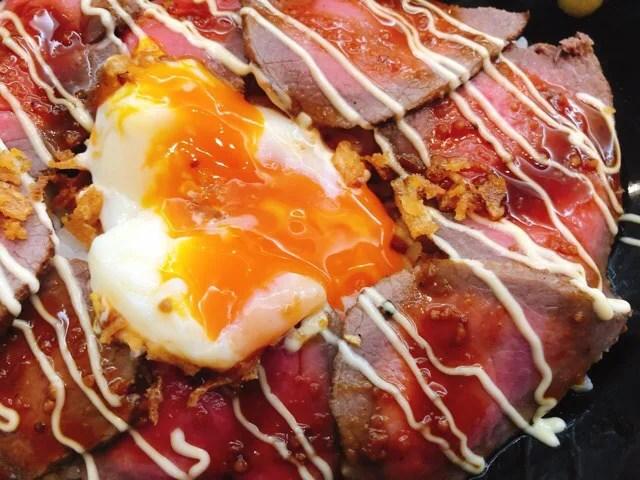 Easeのローストビーフ丼の半熟卵