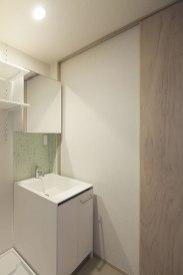 爽やかなタイルモザイクで清潔感のある洗面スペース
