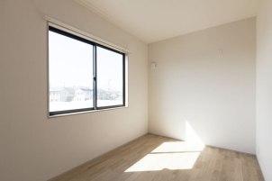 寝室も大きな窓でしかっり採光