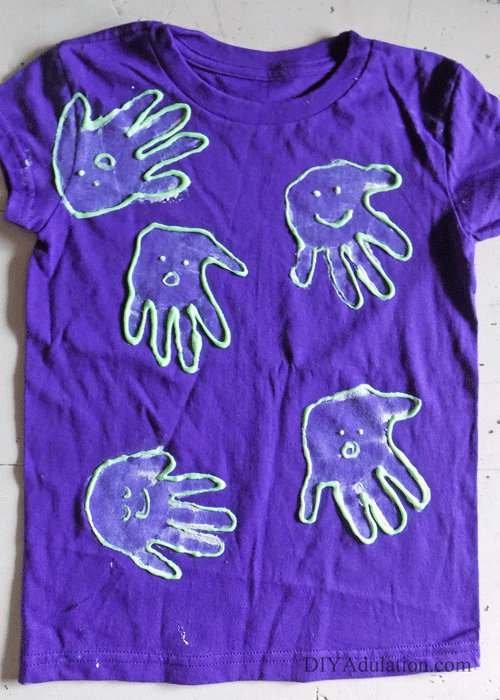 Glow in the Dark Ghost Handprint Shirt for Kids: Pair this easy craft with any of your favorite Halloween movie for a fun and festive family movie night!