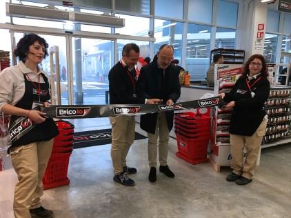 Danilo Villa taglia il nastro del nuovo negozio Brico io a Cremona