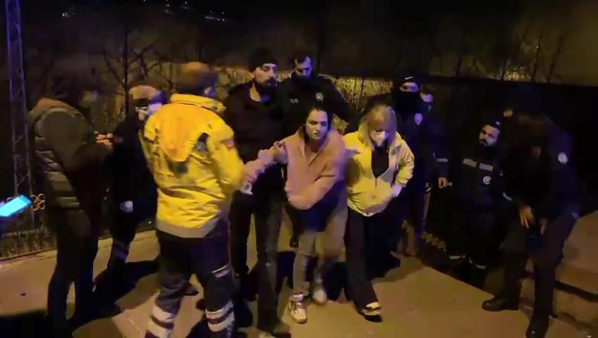 Kısıtlamada tarihi köprüde intihara kalkışan genci polis ikna etti