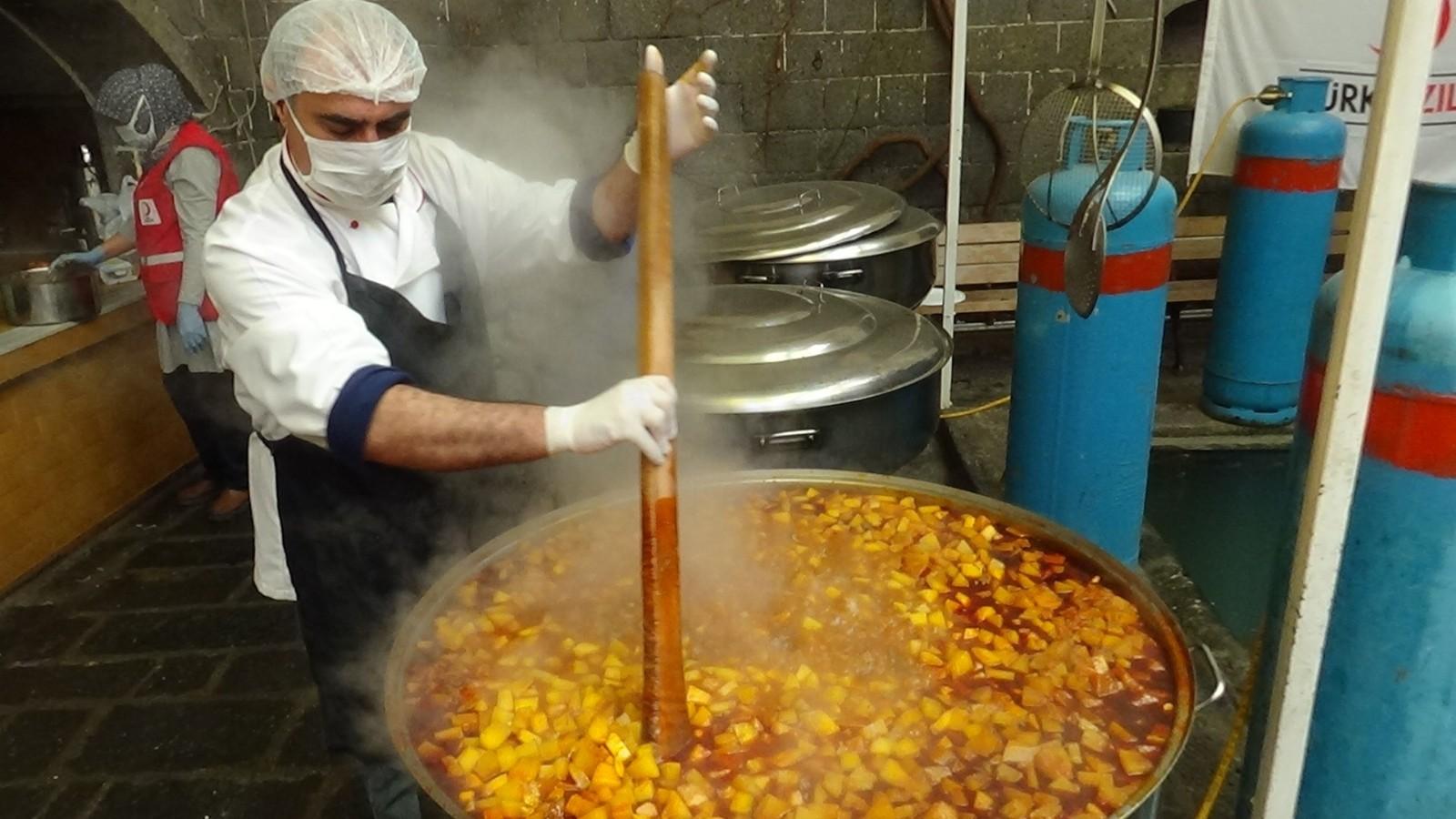 Kızılay Diyarbakır şubesi, 180 bin kişiye iftar yemeği ve kumanyası ikram edecek