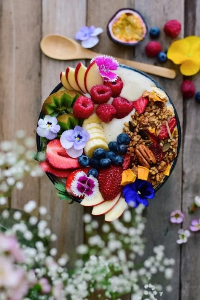 This springtime granola smoothie bowl looks SO AMAZING! I can't wait to try out this recipe!