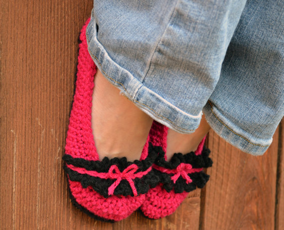 Bows and ruffle slippers, crochet slippers, womens slippers, pink slippers, booties, shoes, socks, fuchsia and black slippers, crochet fashion by ValkinThreads