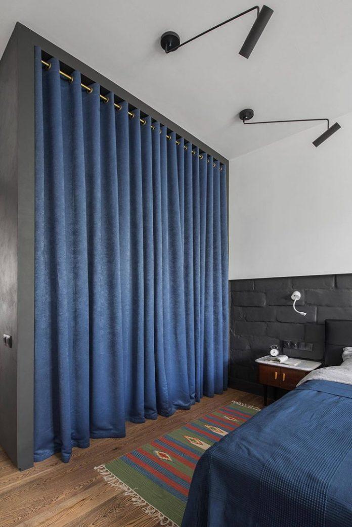 Apartamento urbano/industrial. Closet no quarto com cortina utilizada no lugar das portas tradicionais